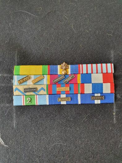Montage de barrettes de décoration dixmude militaire - decoration en place