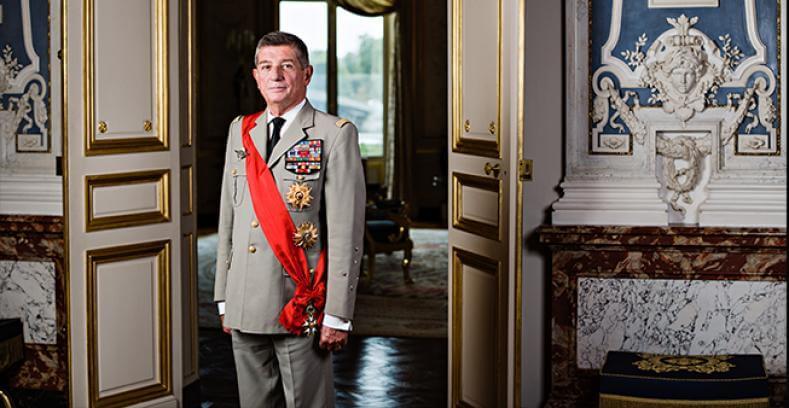 grand chancelier de la légion d'honneur général Puga avec son insigne de grand croix en écharpe