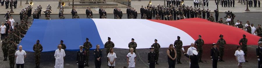 Port drapeau decoration ceremonie officielle 14 juillet