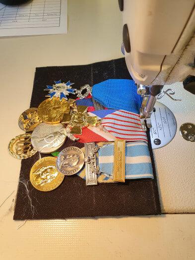 8 fin de la couture du montage medaille pendante